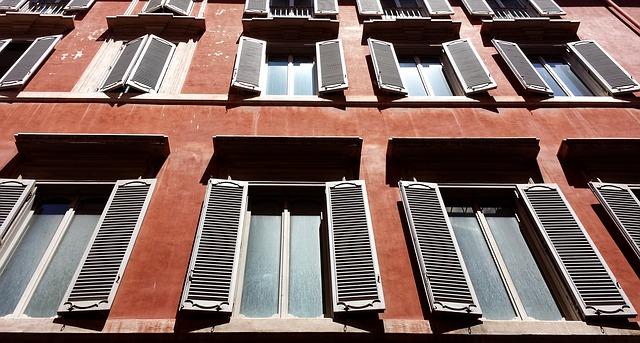 úzká okna