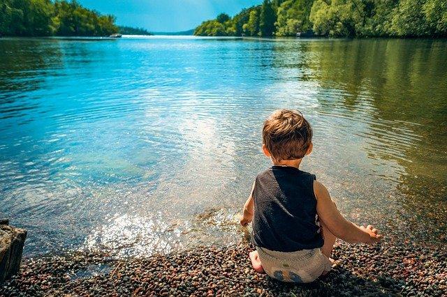 chlapec u jezera