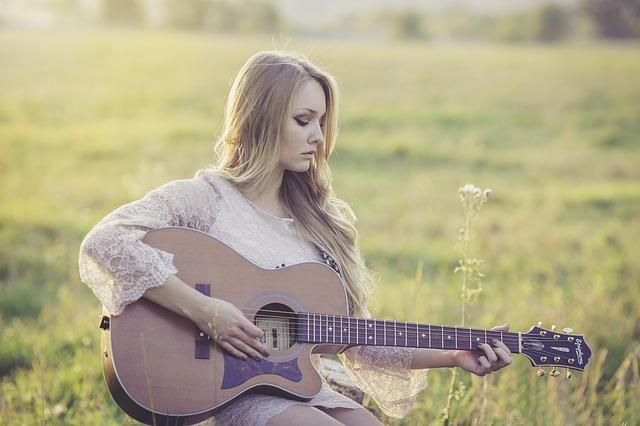 kytaristka na louce
