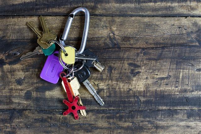 klíče s karabinou
