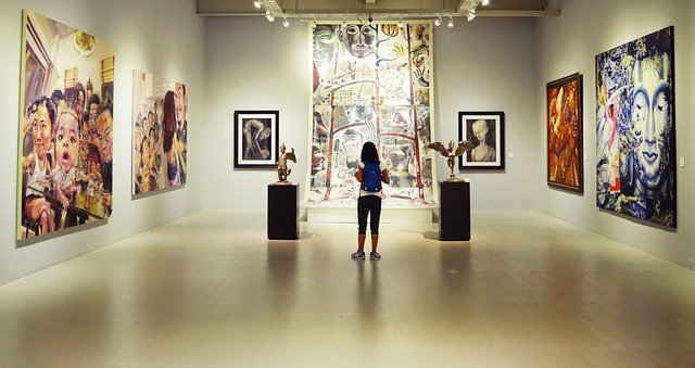 dívka v galerii