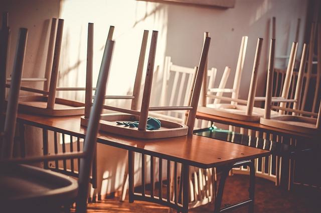 židle na lavicích