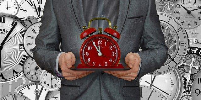 podnikatel drží hodiny za 5 minut 12