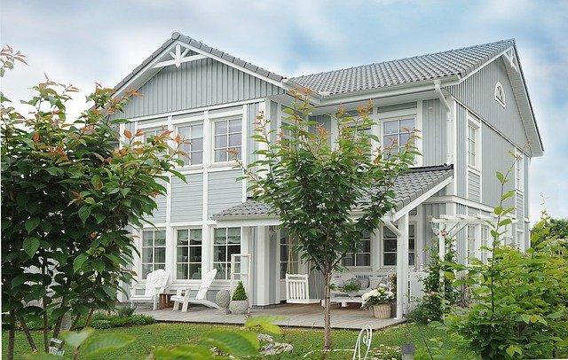 luxusní dům obklopený zelení