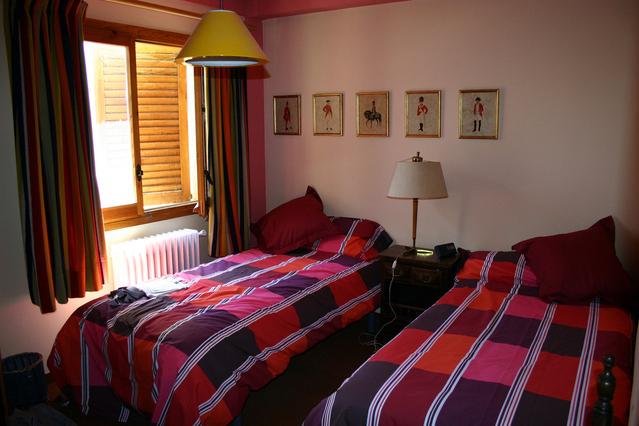 dvě postele v ložnici
